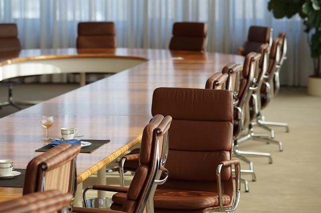 Leere Stühle in einer Ogranisation